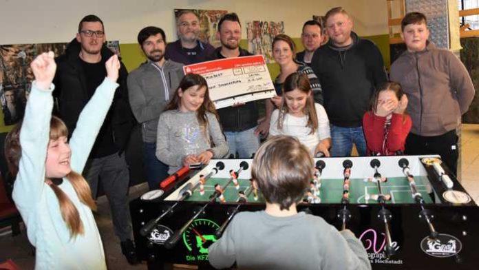 Große Freude beim Jugendtreff Horst: Dank der Horstklause und mehrerer Firmen aus der Region darf sich die Einrichtung über einen neuen Tischkicker und 300 Euro freuen.(Quelle: Stadt Landau in der Pfalz)