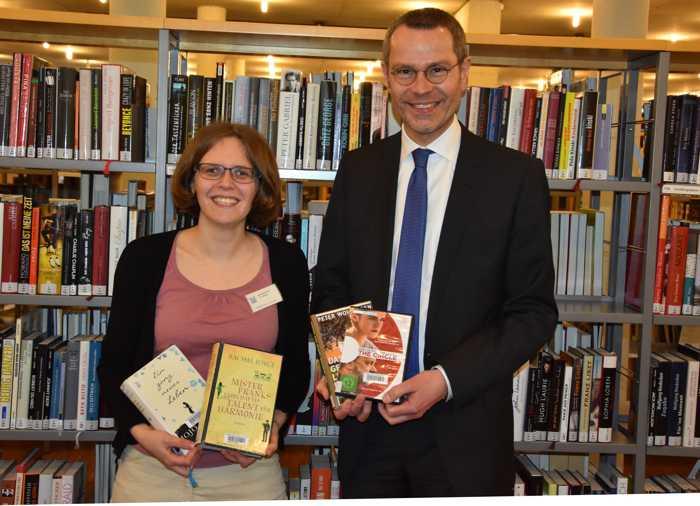 Stellten gemeinsam den Jahresbericht 2018 der Stadtbibliothek Landau vor: Bibliotheksleiterin Amelie Löhlein und Bürgermeister Dr. Maximilian Ingenthron. (Quelle: Stadt Landau in der Pfalz)