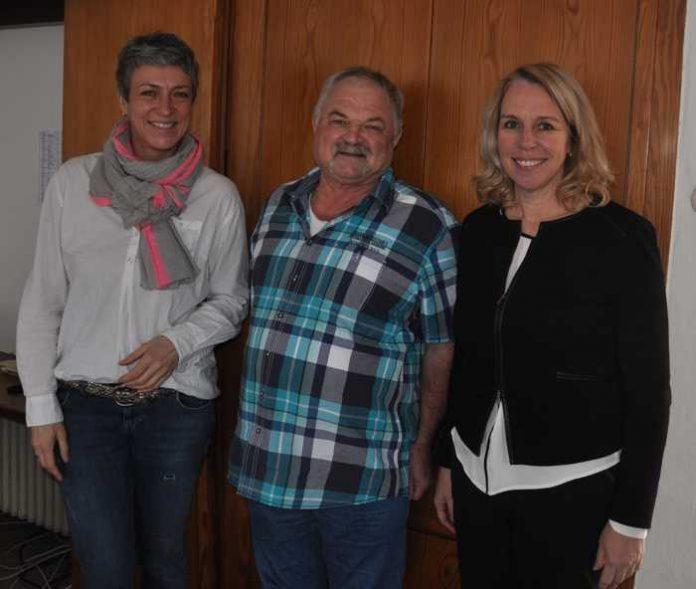Oberbürgermeisterin Dr. Heike Kaster-Meurer verabschiedete Werner Zuck in die Rente. Zum Jubiläum 25 Jahre öffentlicher Dienst gratulierte sie Sandra Lenz (links).