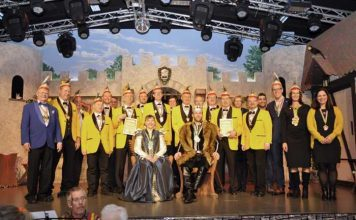 Landrat Christian Engelhardt (3.v.l.) und Mitglieder des OKACLU begrüßten die Bergsträßer Fastnachter zum dritten Kreis-Narren-Empfang.