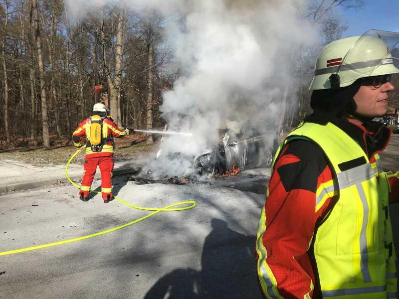 PKW auf Autobahnparkplatz komplett ausgebrannt