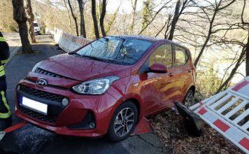 Durch den Aufprall drehte sich der Hyundai und hing anschließend mit dem Heck in der Böschung. (Foto: Feuerwehr Neustadt)