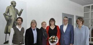 Landrat Christian Engelhardt (2.v.r.) und die Erste Kreisbeigeordnete Diana Stolz (3.v.l.) verabschiedeten Petra Etzel (3.v.r.) in den Ruhestand. Weitere Teilnehmer waren (v.r.n.l.) Dr. Alexander Beile (links) vom Gesundheitsamt, Ehemann und Personalrat Jürgen Etzel sowie Personalchefin Barbara Hoffbauer.