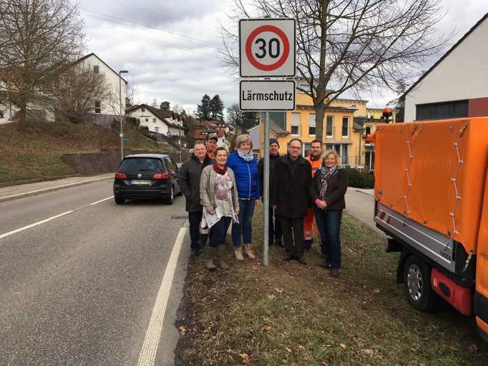 Im Bereich der Bockstalstraße in Pfinztal-Kleinsteinbach gilt nun rund um die Uhr Tempo 30. Bürgermeisterin Nicola Bodner (3.v.l.), Ortsvorsteherin Barbara Schaier (4.v.l.) und Erster Landesbeamter Knut Bühler (3.v.r.) geben die Schilder frei.