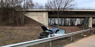 Der beschädigte BMW neben der Leitplanke (Foto: Polizei RLP)