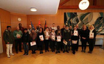 Landrat Ernst Walter Görisch (3.v.r.) überreichte den neuen Staatsbürgern die Urkunden. Foto: Simone Stier