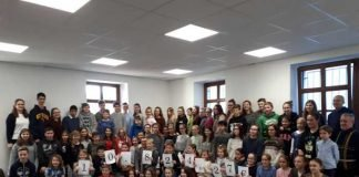 Die fleißigen Mitglieder des Fußgönheimer Spielkreises präsentieren stolz die eingesammelte Spendensumme. Quelle: Fußgönheimer Spielkreis