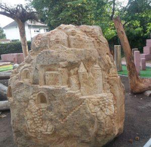 Der sechs Tonnen schwere Sandsteinfindling mit einem eingearbeiteten Relief der Deutschen Weinstraße (Foto:  Tourist Service GmbH Deidesheim)