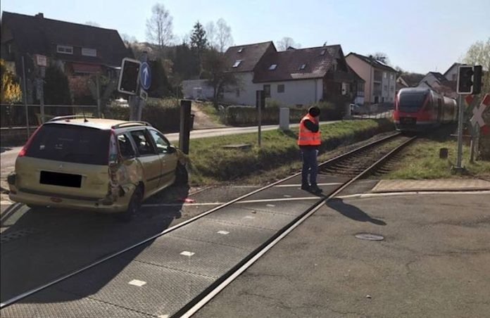 Ein PKW kollidierte mit einer Regionalbahn (Foto: Polizei RLP)