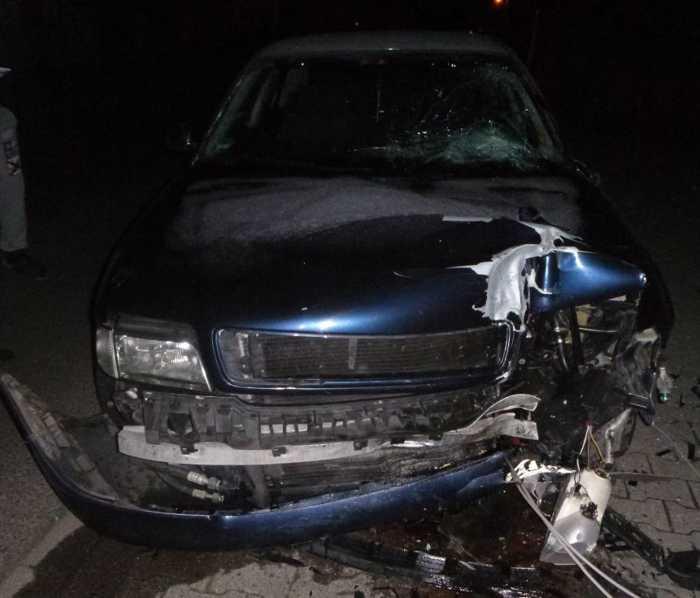 Artikel_Laterne umgefahren und gegen geparkten PKW geprallt