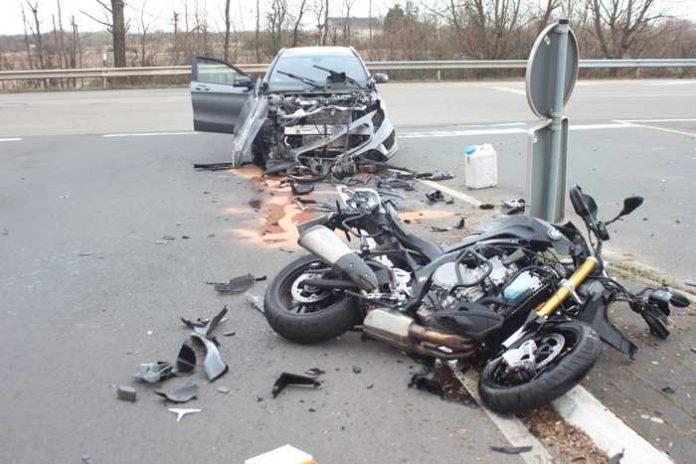 Artikel: Motorradfahrer bei Unfall lebensgefährlich verletzt