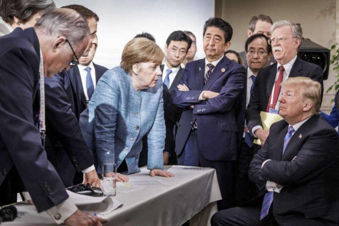 Bundeskanzlerin Angela Merkel, US-Präsident Donald Trump und weitere Regierungschefs beim informellen Gespräch auf dem G7-Gipfel (Foto: Jesco Denzel)