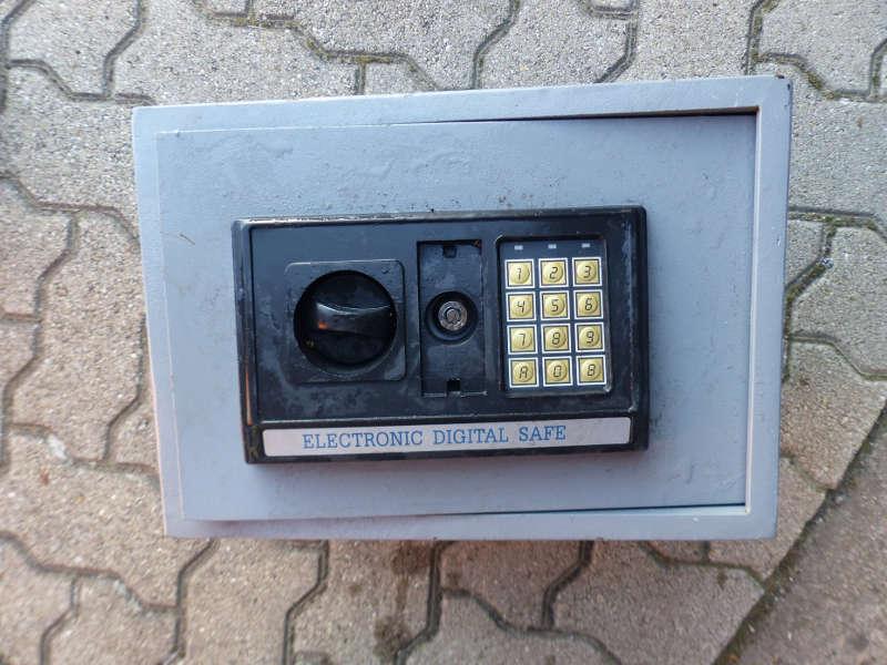 Elektronischer Möbeltresor im Speyerbach gefunden (Foto: Polizei RLP)