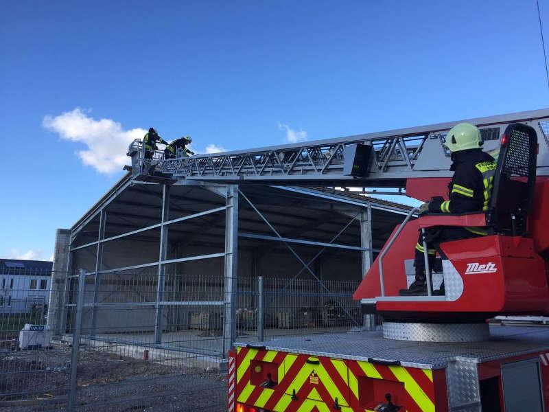 Sicherungsmaßnahmen an einer im Bau befindlichen Halle (Foto: Feuerwehr Haßloch)