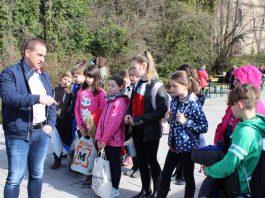 SGD-Süd-Präsident Dr. Hannes Kopf mit Kindern der Ostschule in Neustadt (Foto: SGD Süd)