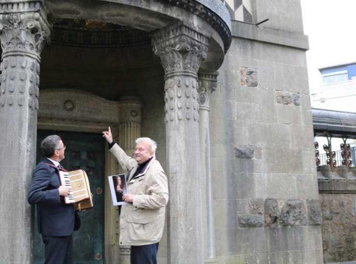 Franz Piva und Bürgermeister Dr. Torsten Fetzner bieten am 4. April wieder eine musikalische Stadtführung an: Rund ums Schloss - Foto: Stadt Weinheim