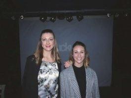 """Linda Roth und Melanie Schoen auf der Bühne der Karlsruher """"Fuckup-Night"""" (Foto: Hannes Blank)"""