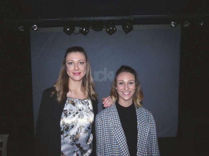 Linda Roth und Melanie Schoen auf der Bühne der Karlsruher