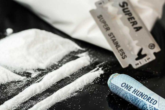 Symbolbild, Drogen, weisses Pulver, Kokain, Drogen, Kokain, Amphetamin, Speed, Heroin