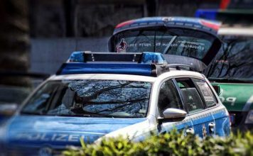 Symbolbild, Polizei, Zwei Polizeiwagen © TechLine on Pixabay