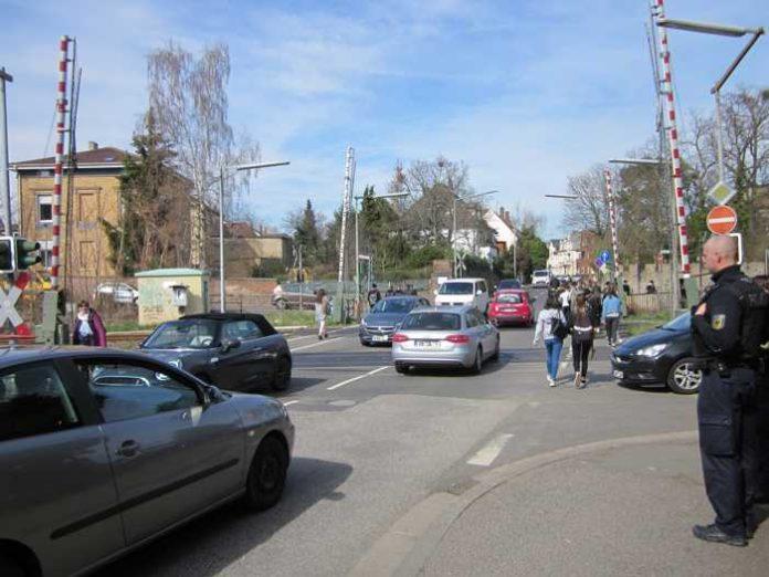 Teure und gefährliche Überquerungen des Bahnübergangs