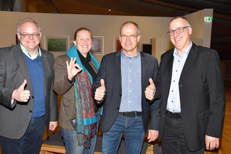 Komplett optimistisch: Stefan Leim (l.), Setna C. Barclay (2.v.l.) und Ralph Alt (r.) vom Leitungsteam der LSB-Sportjugend freuen sich gemeinsam mit dem kommissarischen LSB-Präsidenten Jochen Borchert (2.v.r.) über das positive Votum der Vollversammlung in Wörrstadt. (Foto: LSB)