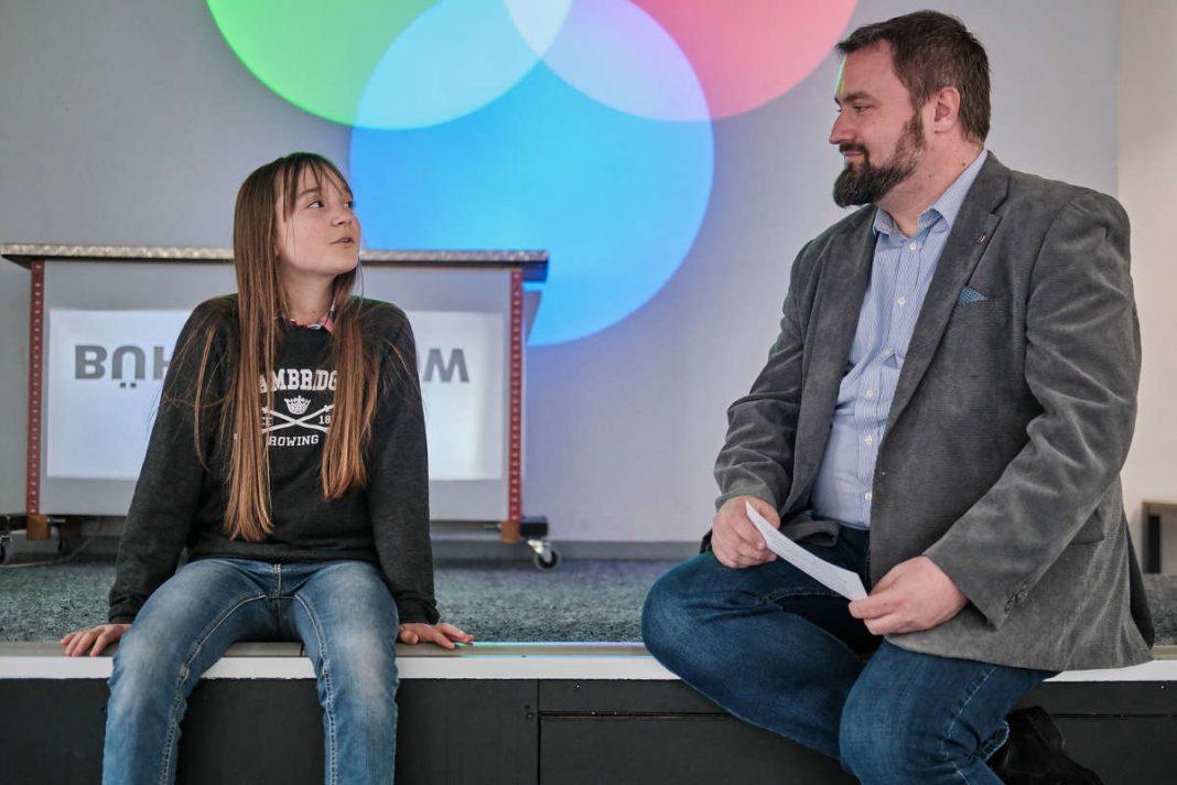 Lene Seufert (links) im Gespräch mit Dipl.-Ing. (FH) Sandro Schmidt (rechts) von der Bauer Resources GmbH (Foto: IngKH)