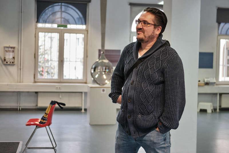 Stolzer Papa: Dipl.-Ing. Oliver Seufert beobachtet seine Tochter beim Gespräch mit der IngKH. (Foto: IngKH)