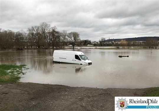Die Autofahrer wurden vom Hochwasser überrascht