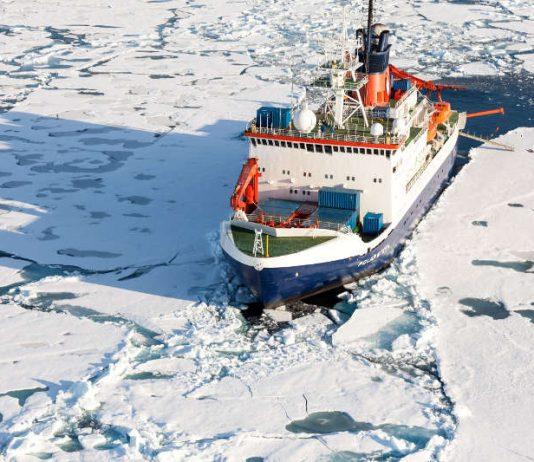 Das deutsche Forschungsschiff Polarstern in der zentralen Arktis, Aufnahme von der Sommer-Expedition 2015 (Foto: Alfred-Wegener-Institut / Mario Hoppmann (CC-BY 4.0) https://multimedia.awi.de/#1556536456170_59