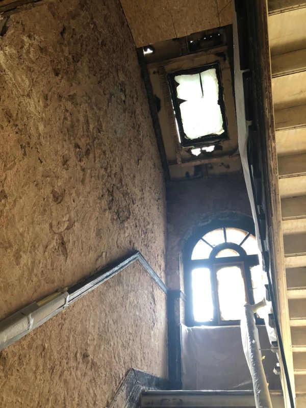 Blick-im-Treppenhaus-vom-ersten-in-den-zweiten-Stock-mit-geborstenen-Fenstern_kl