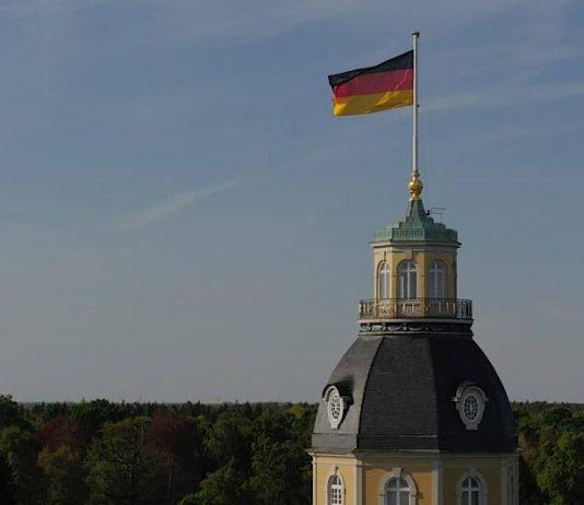 Deutsche Flagge auf dem Karlsruher Schloss (Foto: Pixabay/dlohner)