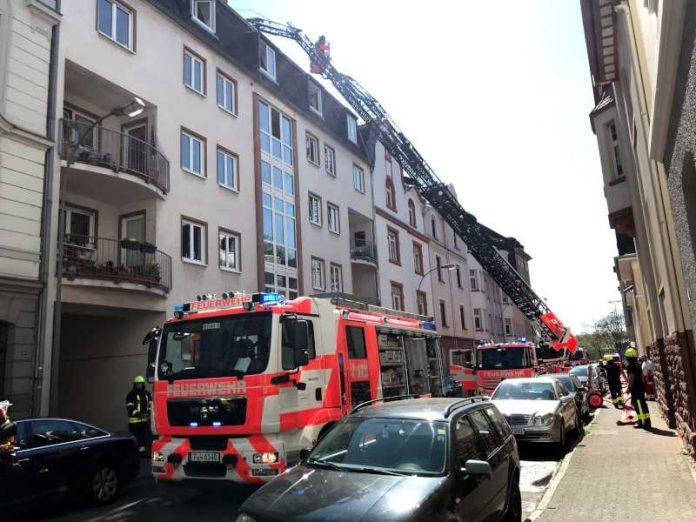 Feuer im Dachgeschoss eines Mehrfamilienhauses in Höchst-1 © Feuerwehr Frankfurt