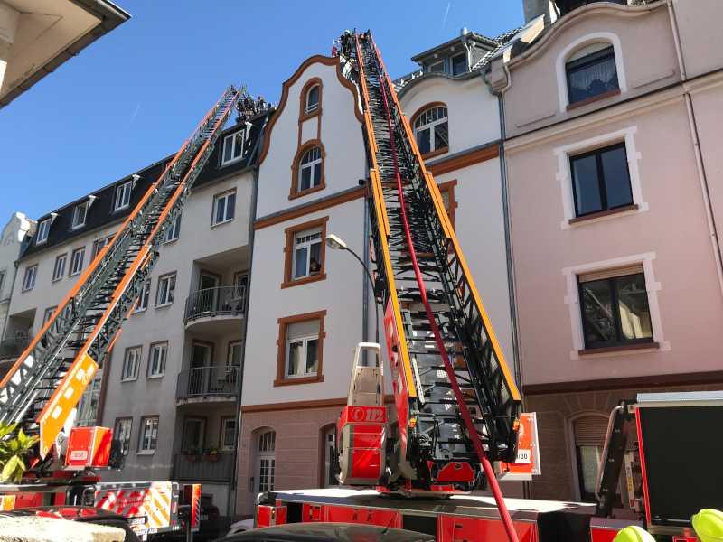 Feuer im Dachgeschoss eines Mehrfamilienhauses in Höchst-2 © Feuerwehr Frankfurt