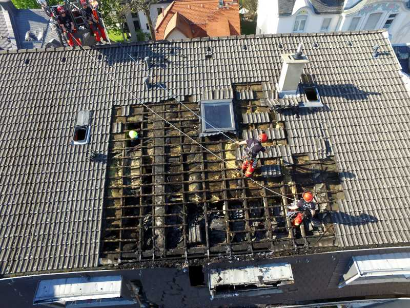 Feuer im Dachgeschoss eines Mehrfamilienhauses in Höchst-3 © Feuerwehr Frankfurt