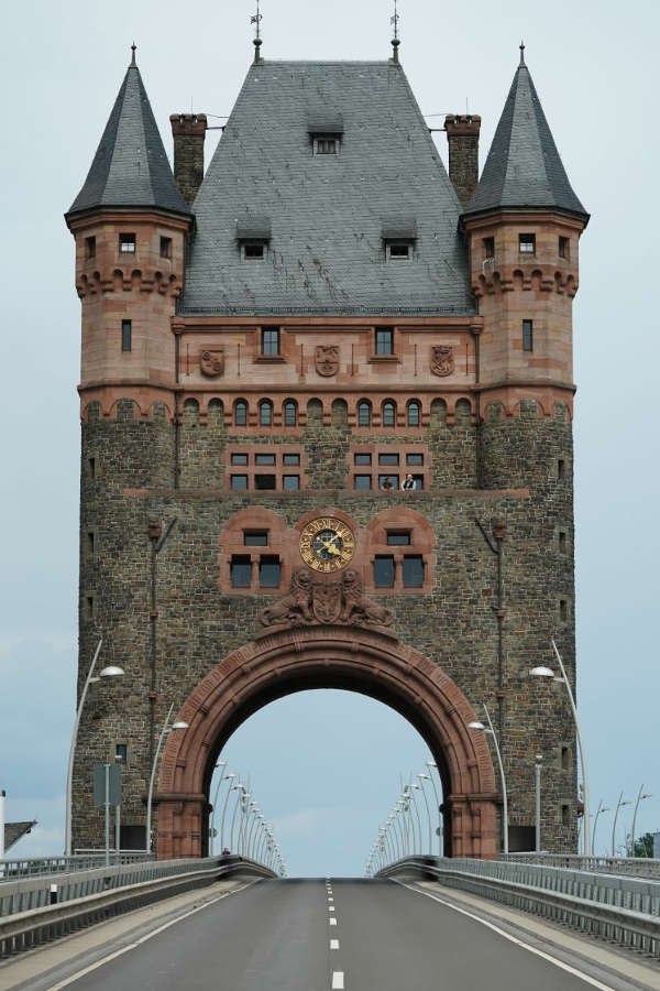 Nibelungentor auf der Nibelungenbrücke bei Worms (Foto: Holger Knecht)