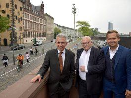 OB Peter Feldmann, Klaus Oesterling und Oliver Strank am Aufgang zum Eisernen Steg (Foto: Stadt Frankfurt/Bernd Kammerer)
