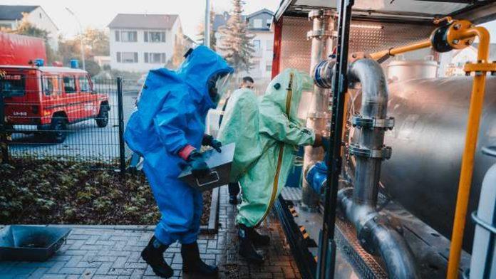 Rüdesheim: Ausbildungsdienst der Freiwilligen Feuerwehr Bad Kreuznach am neuen Gefahrstoffübungscontainer