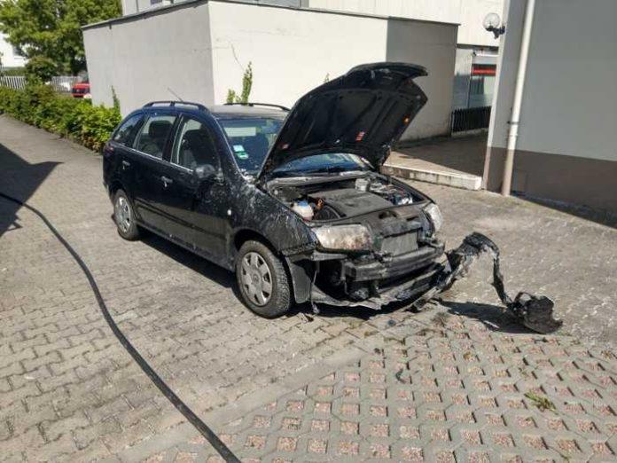 Bad Münster: Unkraut abflämmen führt zu Heckenbrand und PKW-Schaden © Feuerwehr Bad Kreuznach
