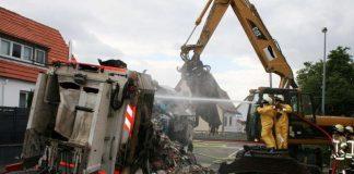 Müllfahrzeug - Löscharbeiten der Feuerwehr (Foto: Polizei RLP)