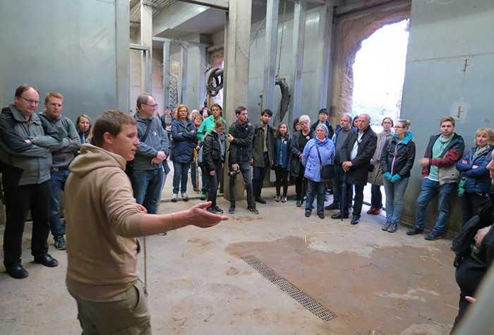 An der großen Trainingswand erfuhren die Team-Mitglieder, wie das Training mit den Elefanten abläuft und welche Kommandos die Dickhäuter erlernen.