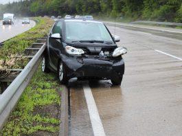 Vermutlich wegen Aquaplaning ist die Fahrerin dieses Smart ins Schleudern geraten. (Foto: Polizei RLP)
