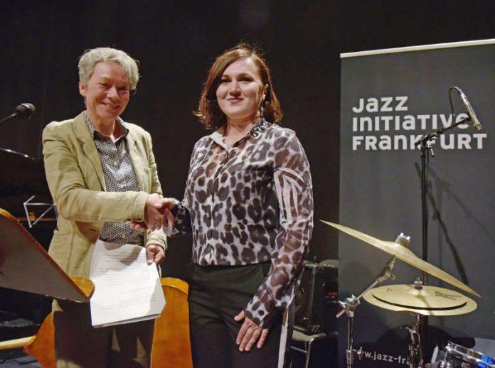Kulturdezernentin Ina Hartwig gratuliert Natalya Karmazin zum Jazzstipendium (Foto: Bernd Kammerer)