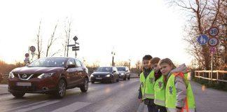 Durch eine Sicherheitsweste oder sonstige reflektierende Kleidung sind Kinder für andere Verkehrsteilnehmer noch früher und besser sichtbar. (Foto: obs/ADAC SE/ADAC Stiftung)