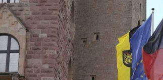 Bietet den Rahmen für die Konstituierung des neuen Bezirkstags Pfalz: das Hambacher Schlosses mit den Fahnen des Bezirksverbands Pfalz, von Europa sowie Deutschland (von links) (Foto: BV Pfalz)