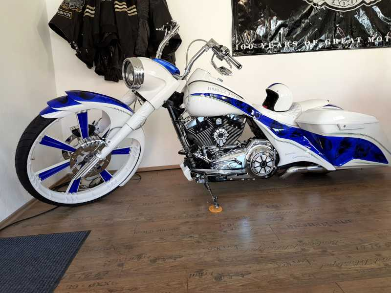 Gestohlenes Motorrad, blau-weiße Harley