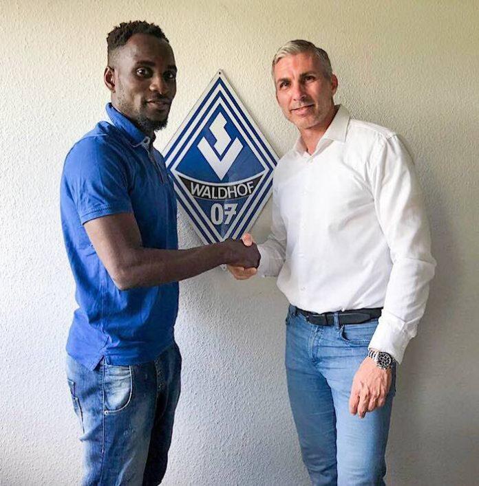 Torjäger Kevin Koff und Cheftrainer Bernhard Trares (Foto: SV Waldhof Mannheim)