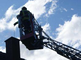 Über die Drehleiter der Feuerwehr Lambrecht wurde der Kamin mit speziellem Kehrwerkzeug gereinigt. (Foto: Presseteam der Feuerwehr VG Lambrecht)