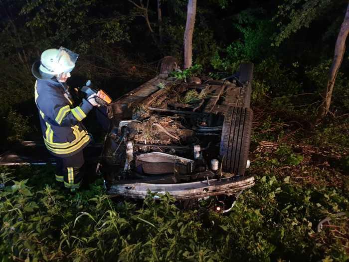 Verunglücktes Fahrzeug im Graben © Feuerwehr VG Ruedesheim