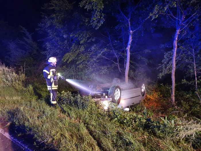 Auto wird gekuehlt © Feuerwehr VG Ruedesheim